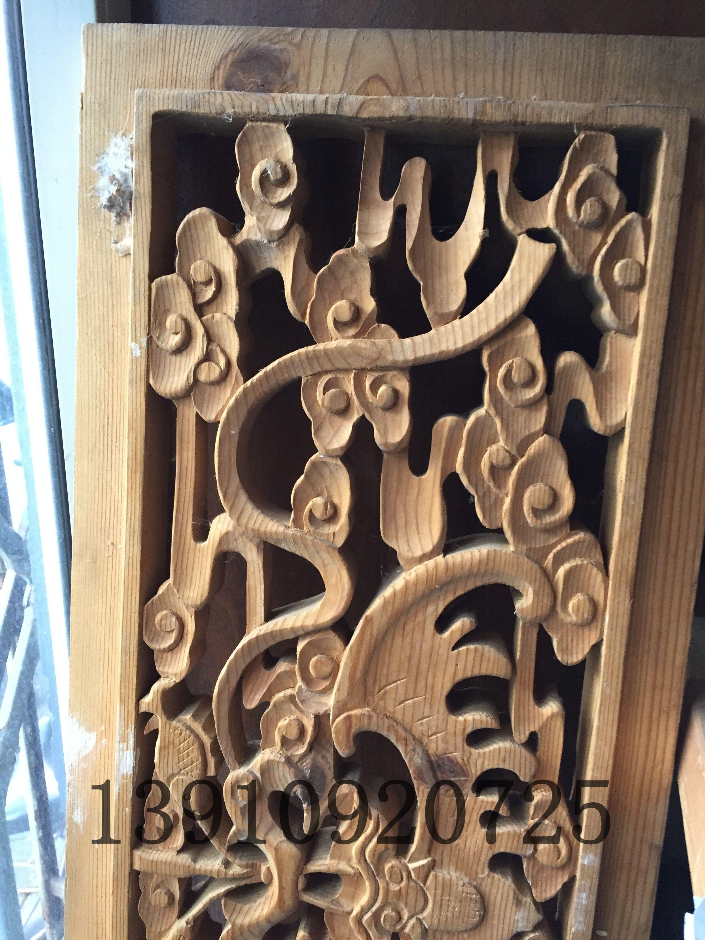 木雕采用的图案形式 明、清两代所采用的木雕花纹图案,大都追求高雅、富贵、吉祥、寓理想、观念与图案之中,是它的突出特点。如帝王、皇族、位于万人至极,他们刻意追求的是增福添寿,在装修中,常以蝙蝠、卐字、寿字、如意为内容,寓意福寿绵长,万事如意。文人墨客,清雅居士,则多以松、竹、梅、兰、博古等图案装点他们的宅邸,以示文雅、清高、脱俗和气节。追求富贵,则多以福、禄、寿喜为题材;而佛教建筑的雕刻题材、则多数是佛教故事,佛门八宝,轮、佛、伞、盖、花、罐、鱼、肠等。古建筑的雕刻装饰,都是和主人的身份、地位、思想、理想、